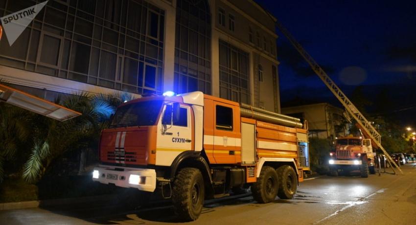 Пожар произошел в гостинице в центре Сухума