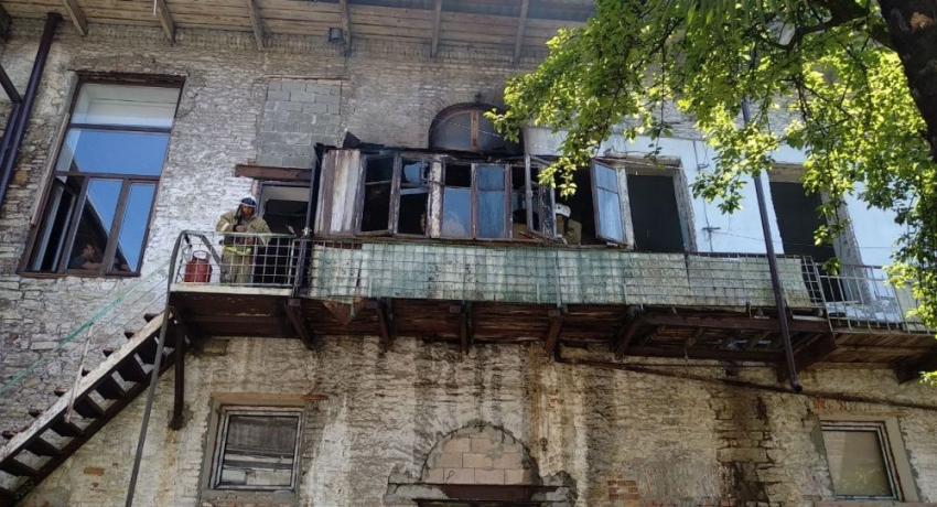 МЧС ликвидировало пожар в пристройке к Абхазскому драматическому театру