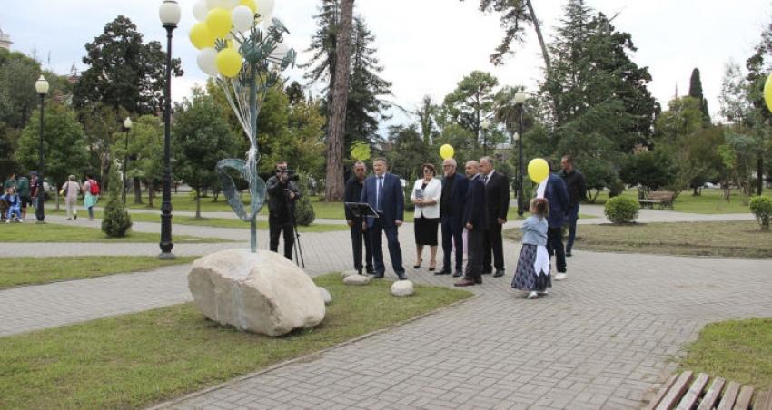 Российский скульптор сделал подарок Сухуму ко Дню Победы