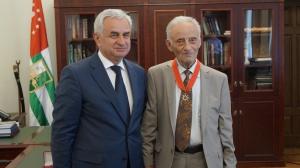 Рауль Хаджимба вручил Шоте Арстаа орден «Ахьдз-Апша» первой степени