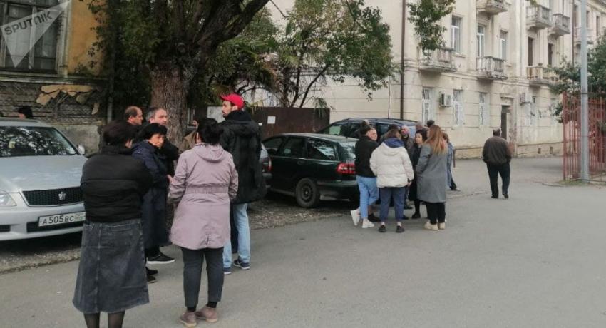 У здания СГБ Абхазии собрались родственники задержанного Ахры Авидзба