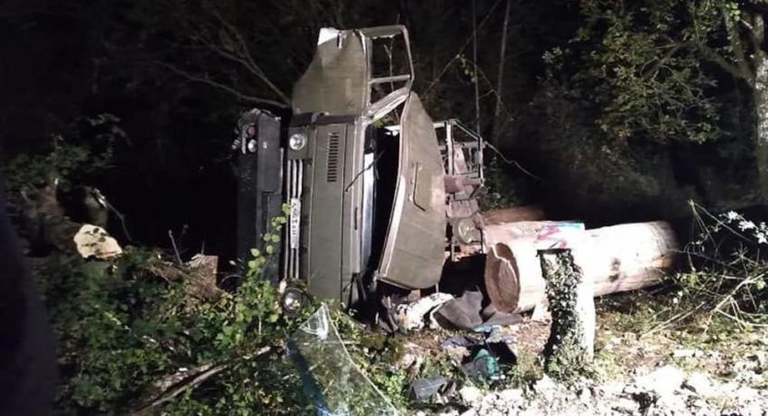Водитель груженого лесовоза погиб в ДТП в Гагрском районе
