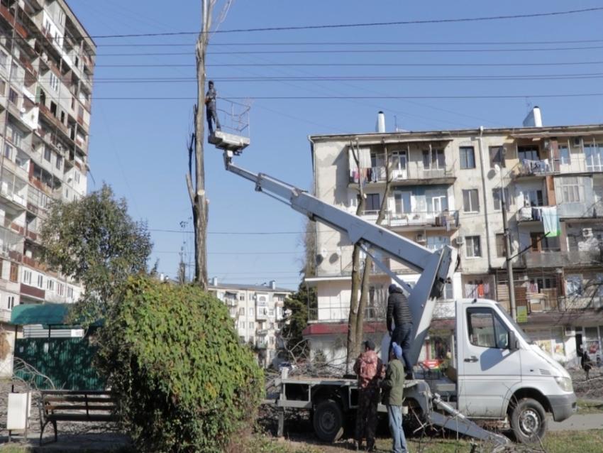 Коммуникации и обрезка деревьев: продолжаются работы по благоустройству столицы