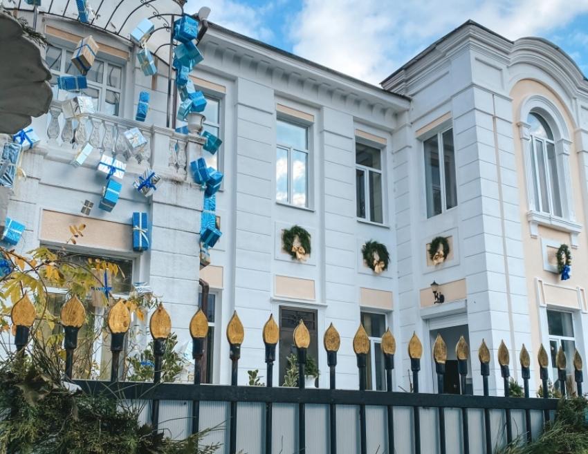 «Белый дом балерины» выиграл в конкурсе на лучшее новогоднее оформление фасадов зданий в Сухуме (+видео)