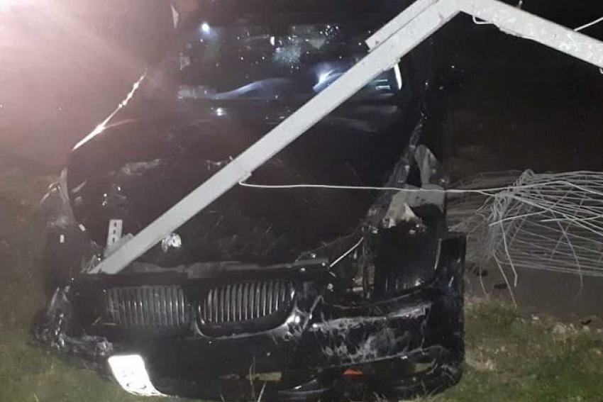 В Сочи водитель BMW снес забор, «приземлился» в аэропорту и убежал